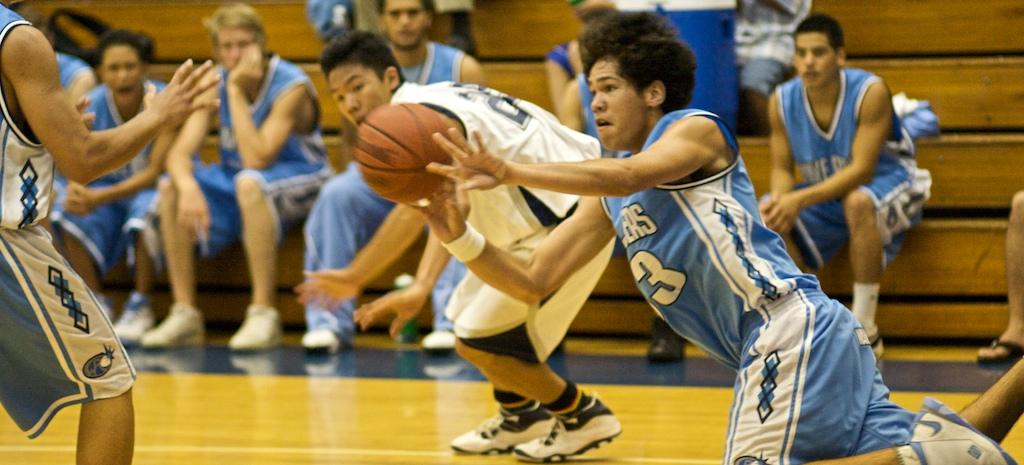 Kealakehe's Ryan Delaries (33) passes the loose ball during BIIF boys basketball action at Waiakea. Kealakehe wins 62-59. (Photos by Baron Sekiya/Hawaii247.com)