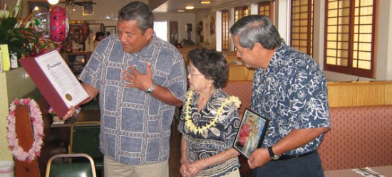 Mayor Billy Kenoi reads a proclamation to