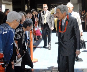 Emperor Akihito and Empress Michiko of Japan greet well wishers from the east side of the Big Island at the Mauna Kea Beach Resort. Photo by Laura Shimabuku