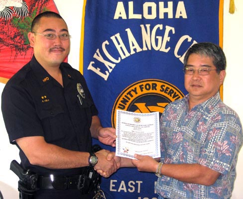 Aloha Exchange Club President Dale Tokuuke, right, presents an 'Officer of the Month' award to Officer Kayne Kelii.