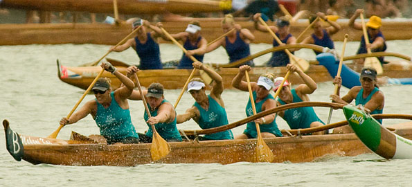 A Waikiki Beachboys Canoe Club crew heads for the second turn in Hilo Bay Saturday (Aug 1) during the Hawaii Canoe Racing Association championships.