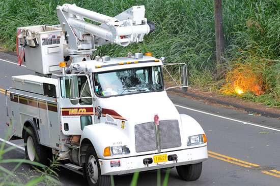 HELCO crew arrives on scene to de-energize the power line and make repairs. Photography by Rick Ogata/Special to Hawaii 24/7