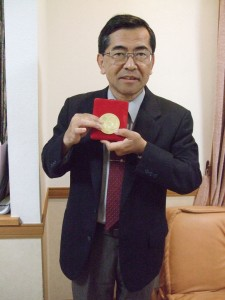 Masanori Iye with his 2010 Toray Prize in Science and Technology.Photo courtesy of NAOJ