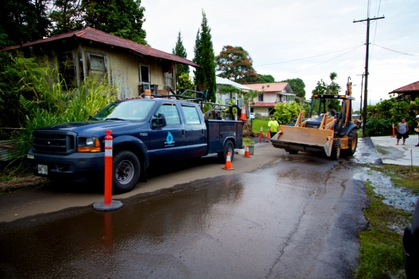 Department of Water Supply crews worked on repairing an eight-inch water main in the Aderton Camp area of Papaikou Wednesday afternoon (Nov 28). Photography by Baron Sekiya | Hawaii 24/7