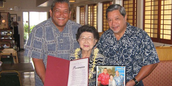 "Mayor Billy Kenoi and then-deputy managing director Wally Lau present Shizuko 'Mary"" Teshima with a commendation recognizing her 102nd birthday in 2009. (Photo courtesy of the Mayor's Office)"
