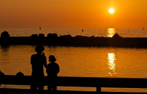 Casey Yundt takes a sunset photo of daughter Izabella, six-years-old, at Kawaihae Harbor Thursday afternoon (May 22). Photography Baron Sekiya | Hawaii 24/7